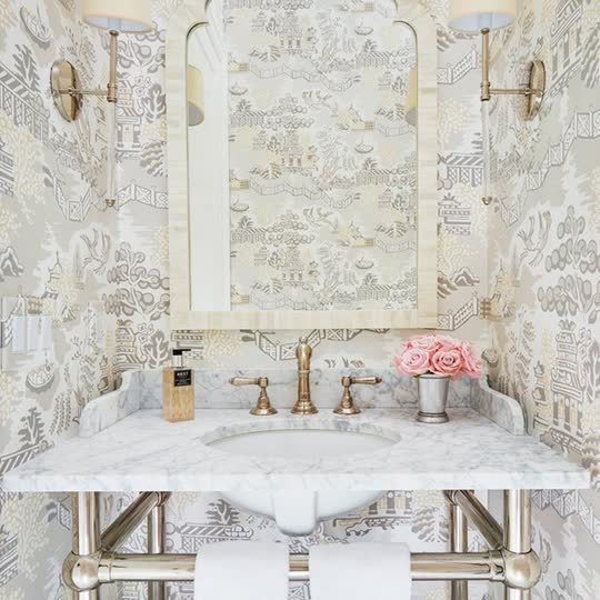 Sometimes, the smallest spaces offer the biggest opportunities to make a statement. See 9 chic powder rooms that celebrate pattern—including this one by @karahebertinteriors—here:...
